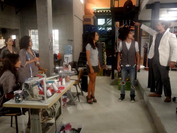 Felizardo fecha a Shunel só para deixar as costureiras sem salário (Foto: Aquele Beijo/TV Globo)