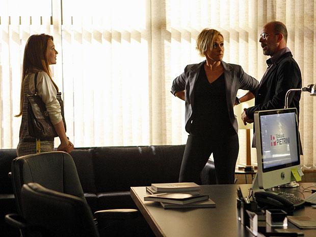 Juliana é apresentada por Henrique a Laura (Foto: Amor Eterno Amor/TV Globo)