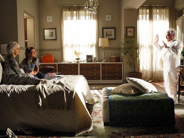 Lexor aparece para Clara no quarto de Verbena (Foto: Amor Eterno Amor/TV Globo)
