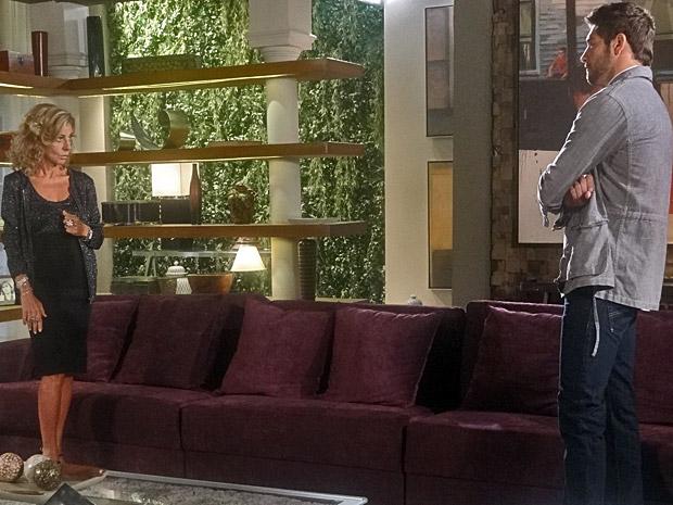Maruschka conversa com Rubinho (Foto: Aquele Beijo/TV Globo)