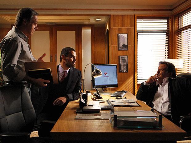 Mauro mostra relatória da ONG a Fernando e Dimas (Foto: Amor Eterno Amor/TV Globo)