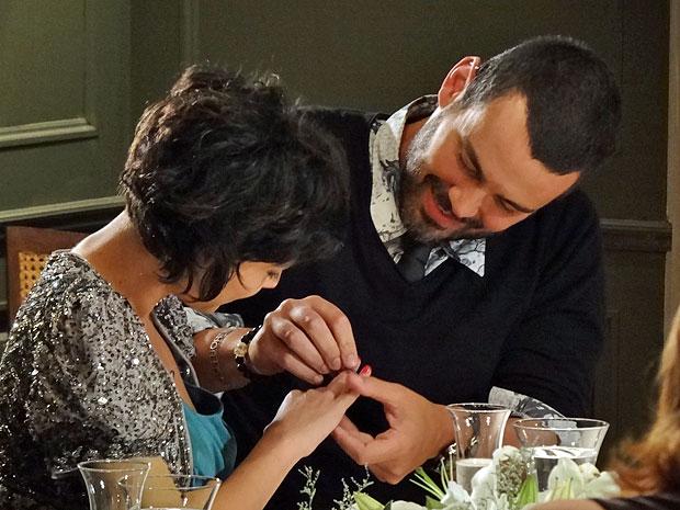 Fernando coloca anel no dedo de Miriam (Foto: Amor Eterno Amor/TV Globo)