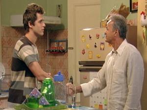 Nelson diz a Guido que pode voltar a trabalhar na lanchonete (Foto: Malhação / TV Globo)