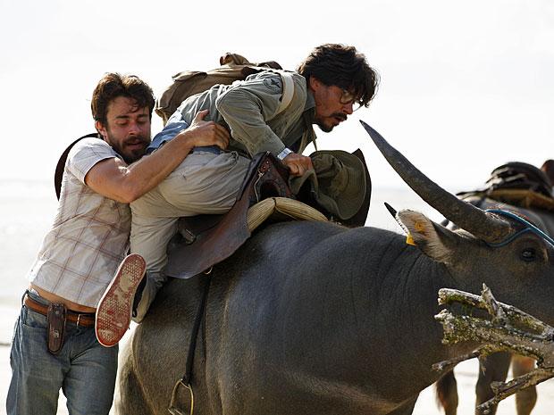 Pedro se enrola todo na hora de montar em um búfalo (Foto: Amor Eterno Amor/TV Globo)