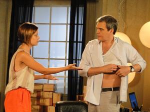 Vanessa ajuda René com curativo (Foto: Fina Estampa / TV Globo)