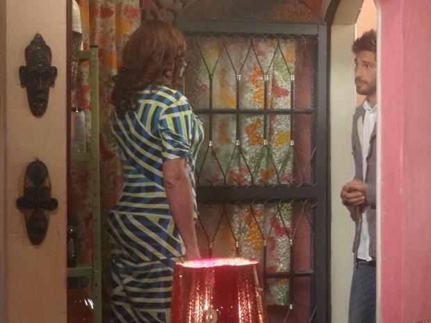 Depois de agressão, Ana Girafa fica surpresa ao ver Rubinho  (Foto: Aquele Beijo/TV Globo)