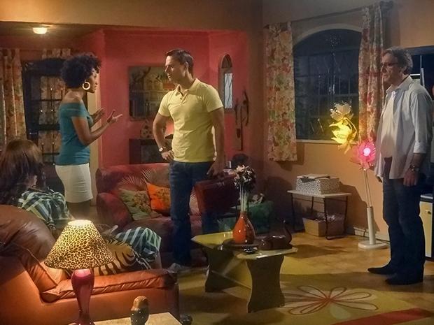 Sarita comenta suas desconfianças com Ricardo (Foto: Aquele Beijo/TV Globo)