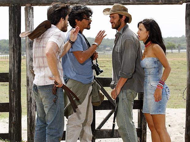 Tobias aparece e salva Pedro da encrenca com Carlos (Foto: Amor Eterno Amor/TV Globo)