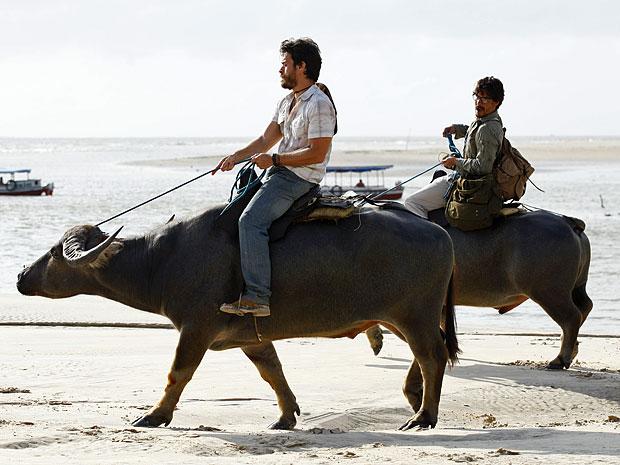 Depois do sufoco, Pedro acaba conseguindo montar o búfalo (Foto: Amor Eterno Amor/TV Globo)
