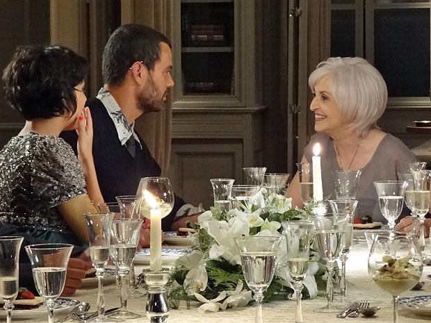 Verbena dá cobertura de presente para Fernando e Miriam (Foto: Amor Eterno Amor/TV Globo)