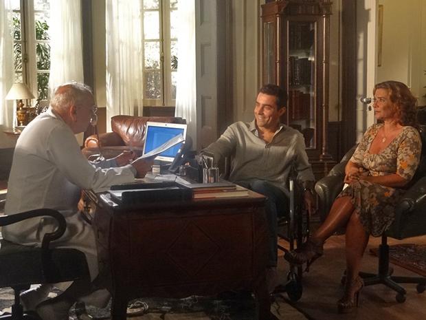 Vicente e Amália se enchem de esperança (Foto: Aquele Beijo/TV Globo)