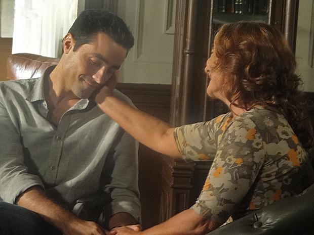 Vicente recebe o carinho da mãe (Foto: Aquele Beijo/TV Globo)