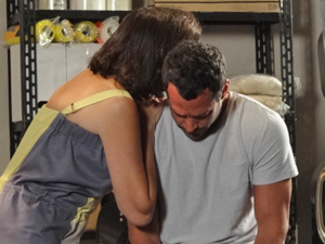 Quinzé se emociona ao ouvir a portuguesa (Foto: Fina Estampa/TV Globo)