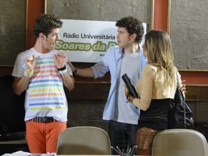 Gabriel separa Kiko e Maria (Foto: Malhação / Tv Globo)