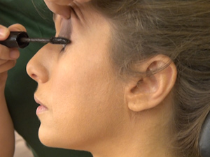 Marina mostra a maquiagem de Letícia Spiller (Foto: Malhação / TV Globo)