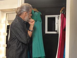 Pereirinha é visto em frente ao cofre arrombado (Foto: Fina Estampa / TV Globo)