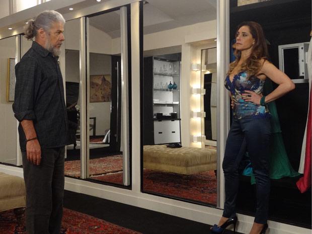 Tereza Cristina pega Pereirinha com a boca na butija (Foto: Fina Estampa / TV Globo)