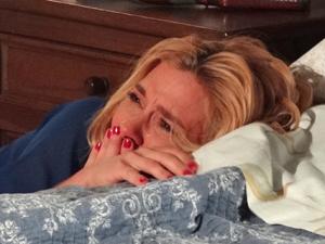 Loira fica arrasada após a conversa com o ex (Foto: Fina Estampa/TV Globo)
