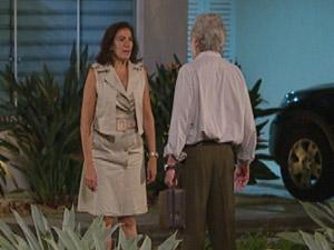 Portuguesa recebe médico da família Velmont para tratar do ferimento de René (Foto: Fina Estampa/TV Globo)