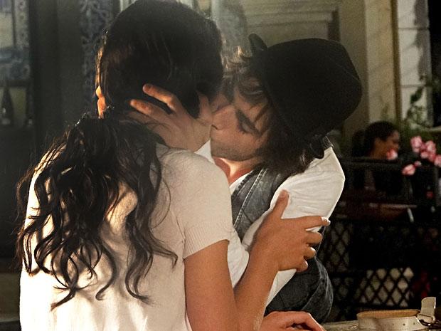 Agenor beija Belezinha (Foto: Aquele Beijo/TV Globo)