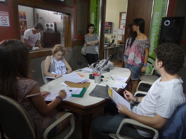 Alexia e Gabriel fingem brigar na rádio  (Foto: Malhação / TV Globo)