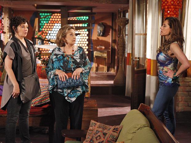 Tereza Cristina quer saber o que tia Íris esconde (Foto: Fina Estampa/TV Globo)