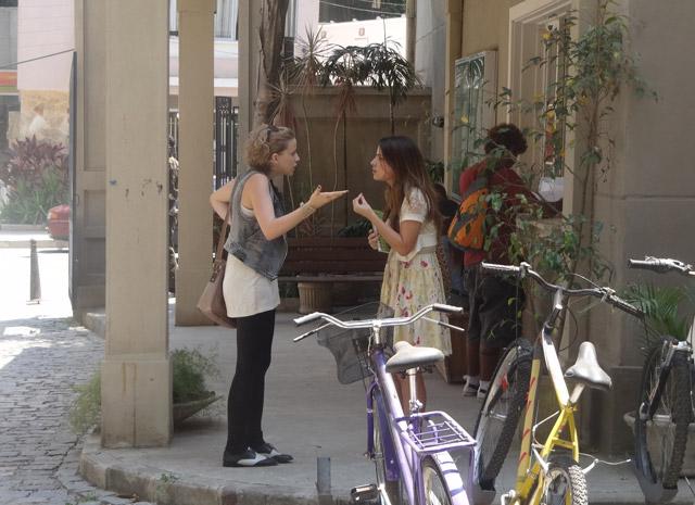 Cristal pede segredo a Babi e diz que a segunda parte da entrevista será ainda mais bombástica (Foto: Malhação / Tv Globo)