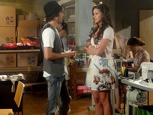 Belezinha e Agenor conversam (Foto: Aquele Beijo / TV Globo)