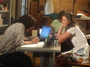 Belezinha se abre com Eveva (Foto: Aquele Beijo/TV Globo)