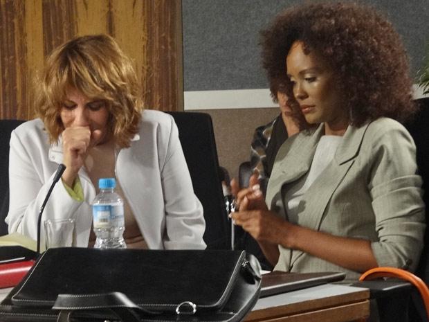 Danielle fica arrasada ao lado de sua advogada, Monica (Foto: Fina Estampa/TV Globo)