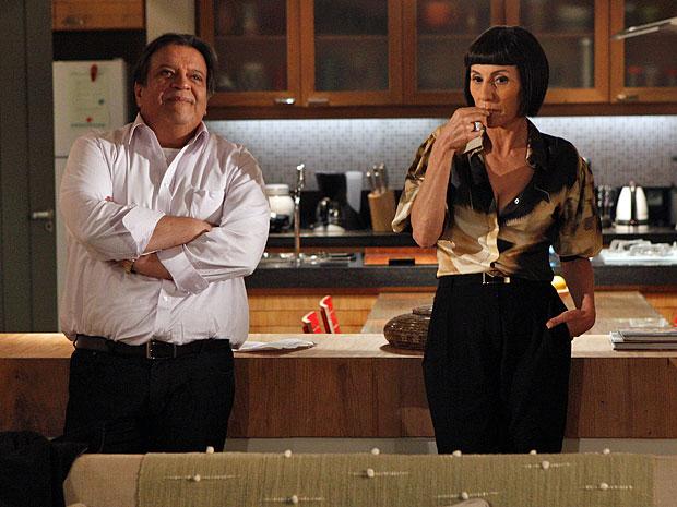 Dimas e Melissa não querem que a história chegue até Verbena (Foto: Amor Eterno Amor/TV Globo)