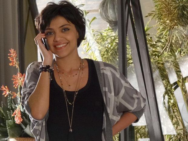 Miriam fica muito feliz com a notícia dada pelo jornalista (Foto: Amor Eterno Amor / TV Globo)