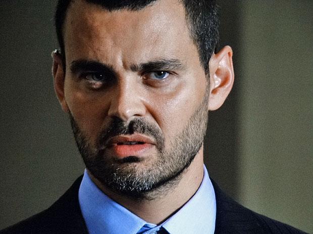 Fernando não gosta de saber que Miraim entrou em contato com Pedro (Foto: Amor Eterno Amor/TV Globo)