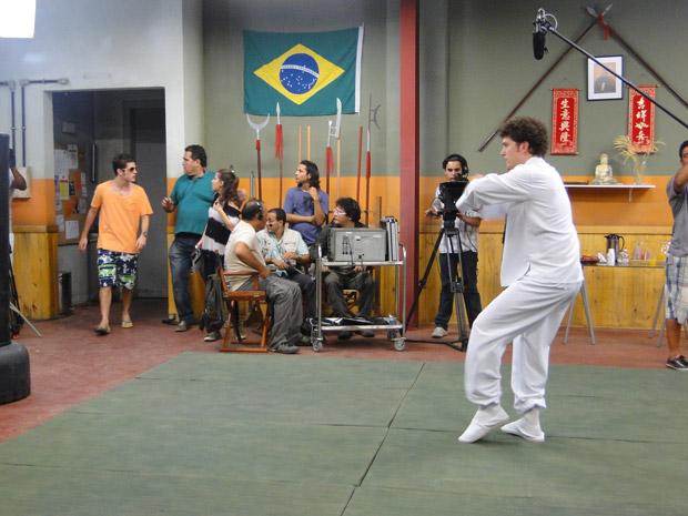 Kiko chega e vê Gabriel gravando a sua cena. Vem confusão por aí... (Foto: Malhação / Tv Globo)
