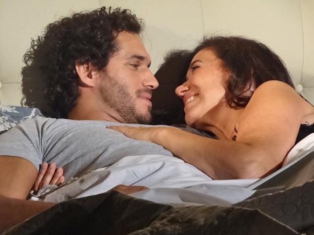 Griselda diz que não precisa nem pensar na proposta do amado (Foto: Fina Estampa/TV Globo)