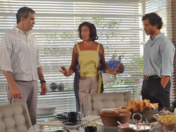 Griselda se irrita com a situação e manda os dois tomarem café (Foto: Fina Estampa/TV Globo)