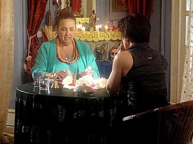 Iara atende Kalina e se apavora (Foto: Aquele Beijo / TV Globo)