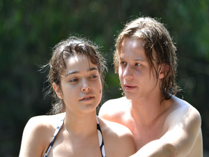 Isabela e Filipe aproveitam a cachoeira (Foto: Malhação / Tv Globo)