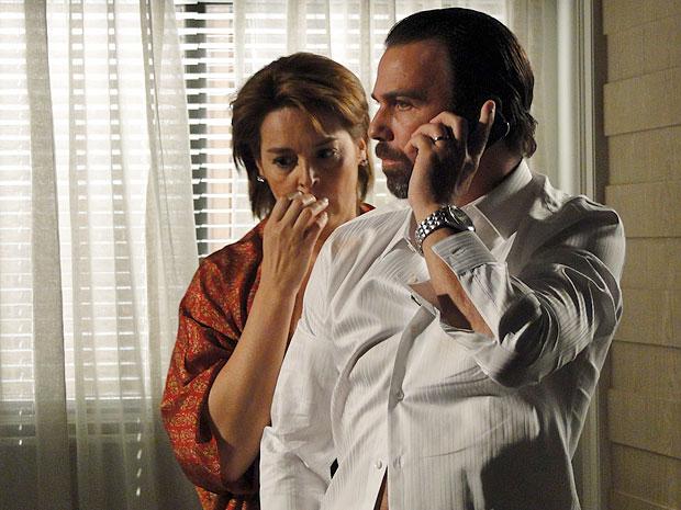 Kleber leva bronca de Dimas ao telefone (Foto: Amor Eterno Amor/TV Globo)