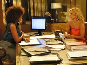 Monica conversa com sua cliente (Foto: Fina Estampa/TV Globo)