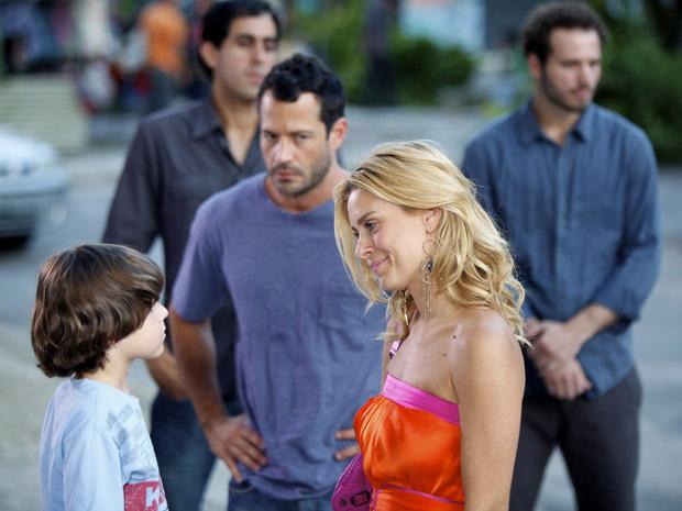 Teodora fala com Quinzinho, enquanto o ex-marido morre de raiva (Foto: Fina Estampa/TV Globo)
