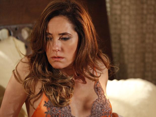 Tereza Cristina sonha com o tiro que deu em René (Foto: Fina Estampa/TV Globo)