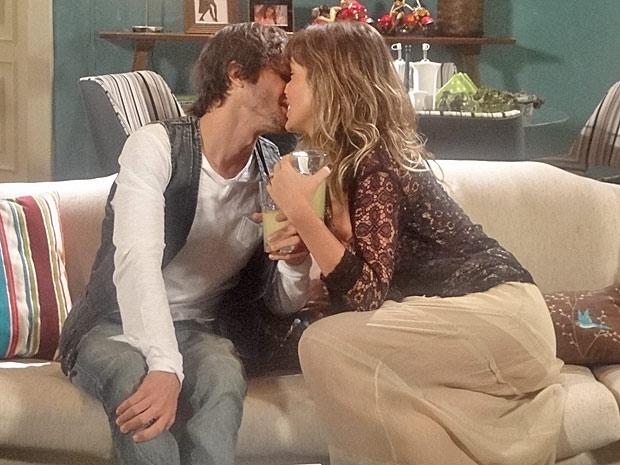 Brigitte convida Agenor para ir morar com ela (Foto: Aquele Beijo/TV Globo)