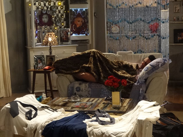 Baltazar dorme no sofá (Foto: Fina Estampa / TV Globo)