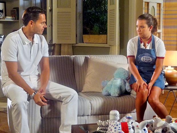 Camila e Ricardo se olham intensamente (Foto: Aquele Beijo / TV Globo)