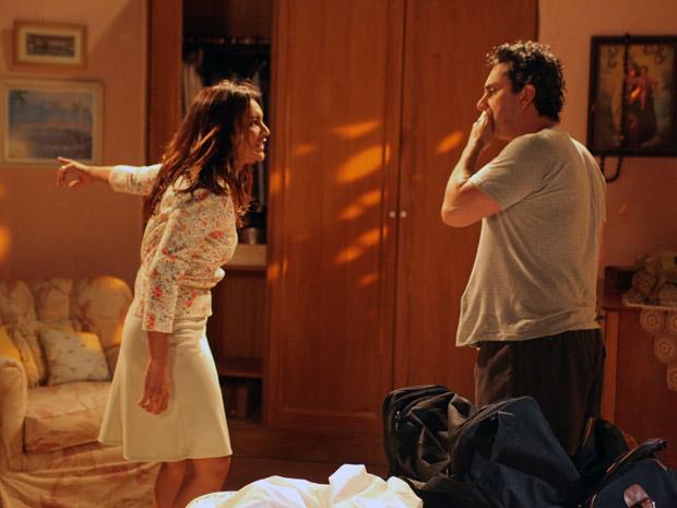 Após apanhar de novo, Celeste expulsa o marido de casa (Foto: Fina Estampa / TV Globo)