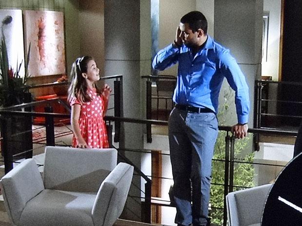 Clara não poupa Fernando de seu sonho com Miriam (Foto: Amor Eterno Amor/TV Globo)