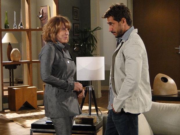 Danielle dá dicas para que Enzo impressione no ensaio fotográfico (Foto: Fina Estampa/TV Globo)