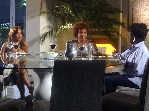Deusa, Diva e Grace Kelly conversam no jantar (Foto: Aquele Beijo/TV Globo)