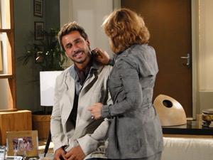 Danielle passa perfume no namorado (Foto: Fina Estampa/TV Globo)